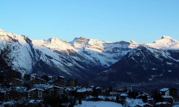 Ranný výhľad na masív Les Diablerets na druhej strane doliny