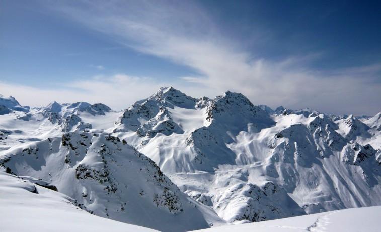 Mont Fort (3329 m, z druhej strany naň vedie lanovka) s bračekom Petit Mont Fort, medzi vrcholmi rovnomenný ľadovec