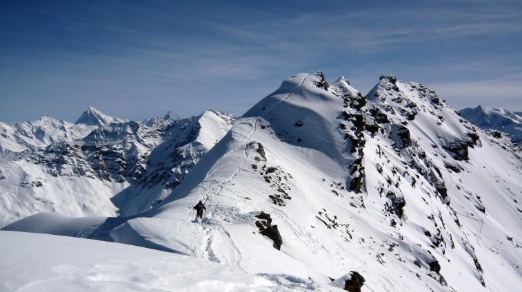 Tento hrebeň tvorí vrchol Métailleru, nechcelo sa nám ho celý absolvovať. Vzadu sa vystrkuje Matterhorn (4478 m).
