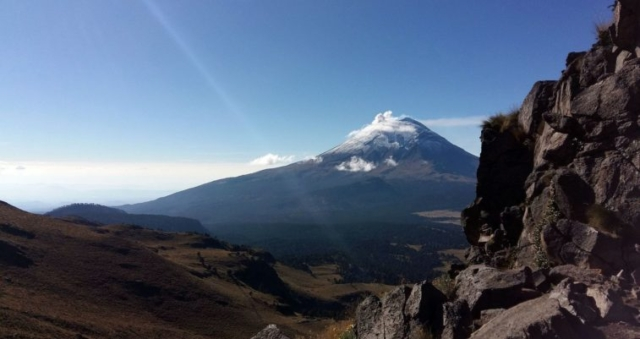 Výhľad na Popocátepetl 5426 m počas výstupu na Iztaccihuatl