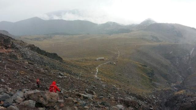 Terénne autá nás priviezli do bivakovacej chaty vo výške 4240 m, nasledoval aklimatizačný výstup