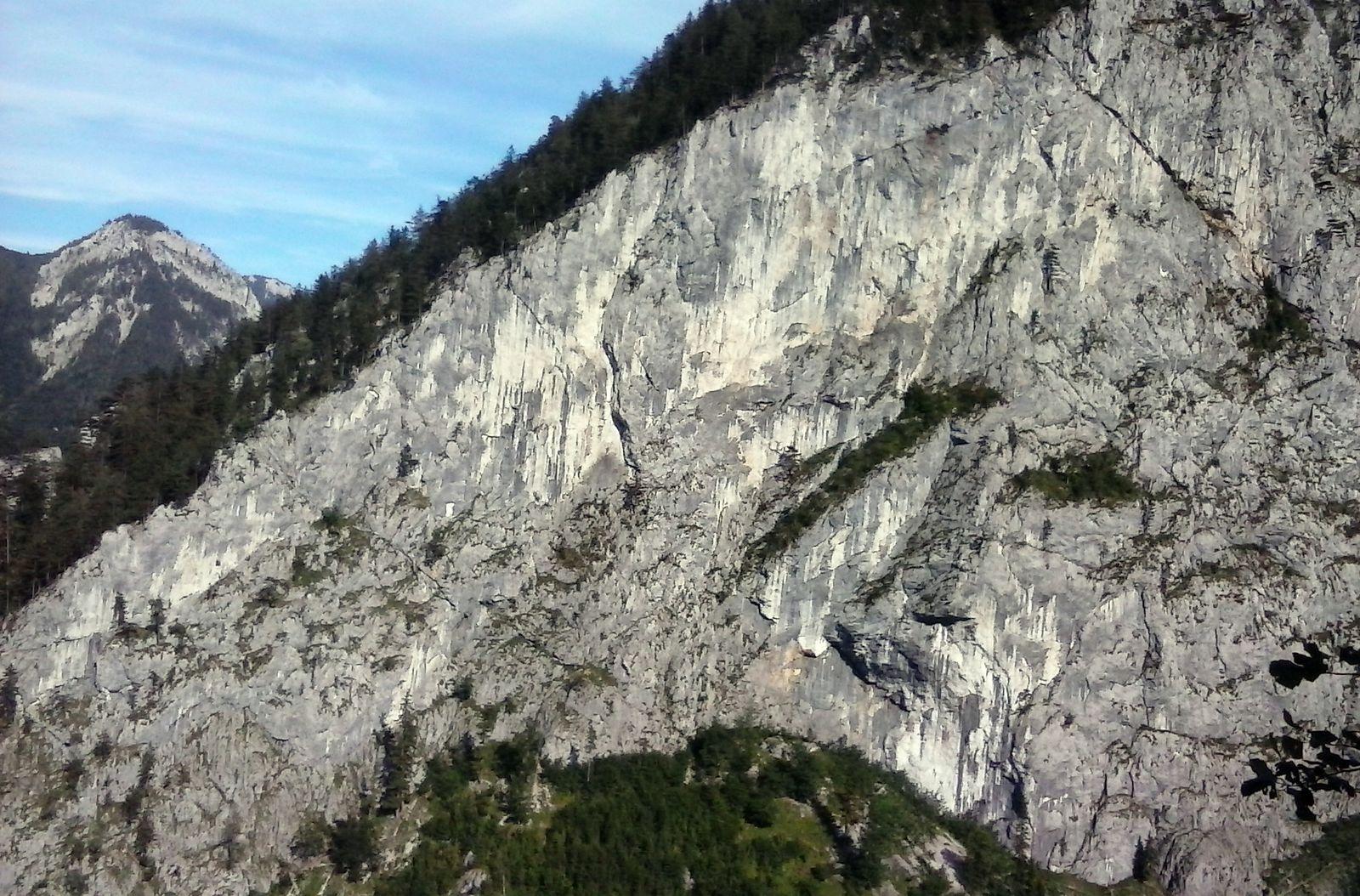 Protiľahlá severná stena Blechmauer s deviatkovými cestami