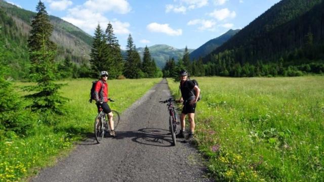 Cyklisti na začiatku Tichej doliny