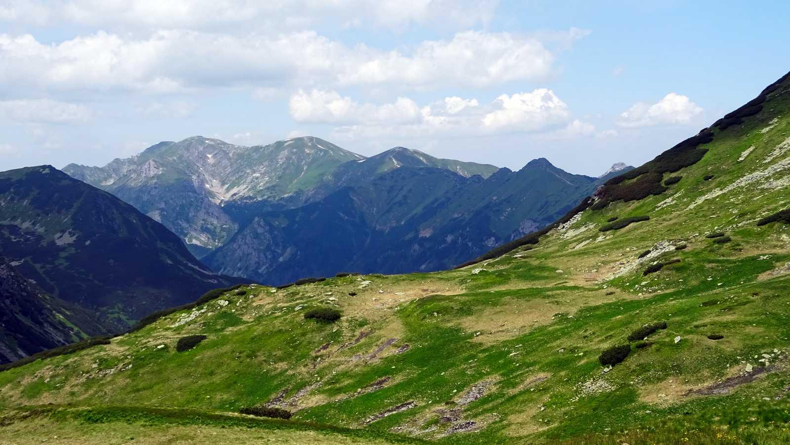 Hrebeň Červených vrchov, vpravo vzadu Giewont