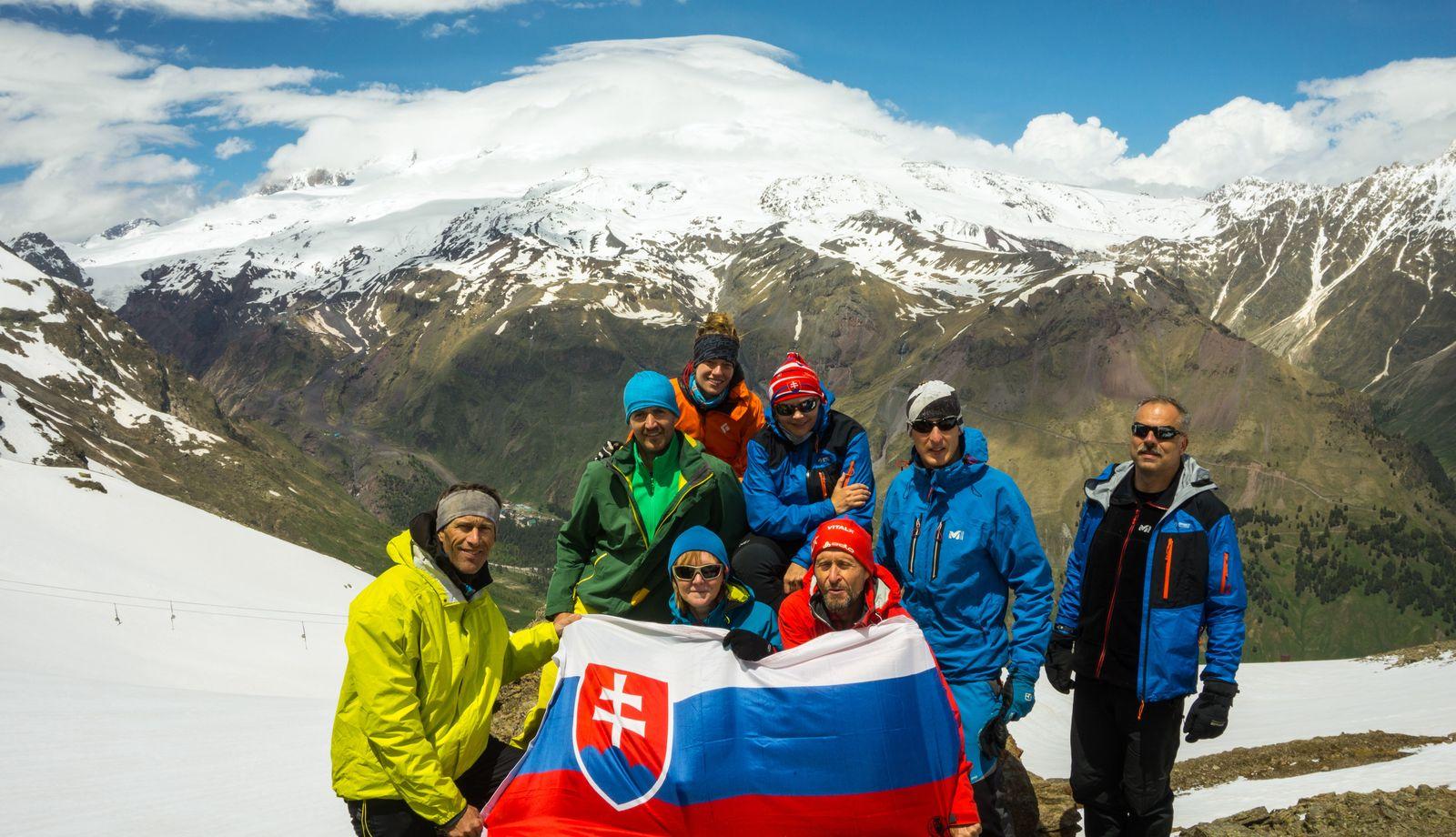 Na Čegete, v pozadí Elbrus / foto Matúš Jančura