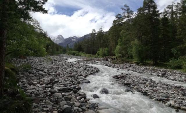 Rieka Baksan tečúca v našom údolí
