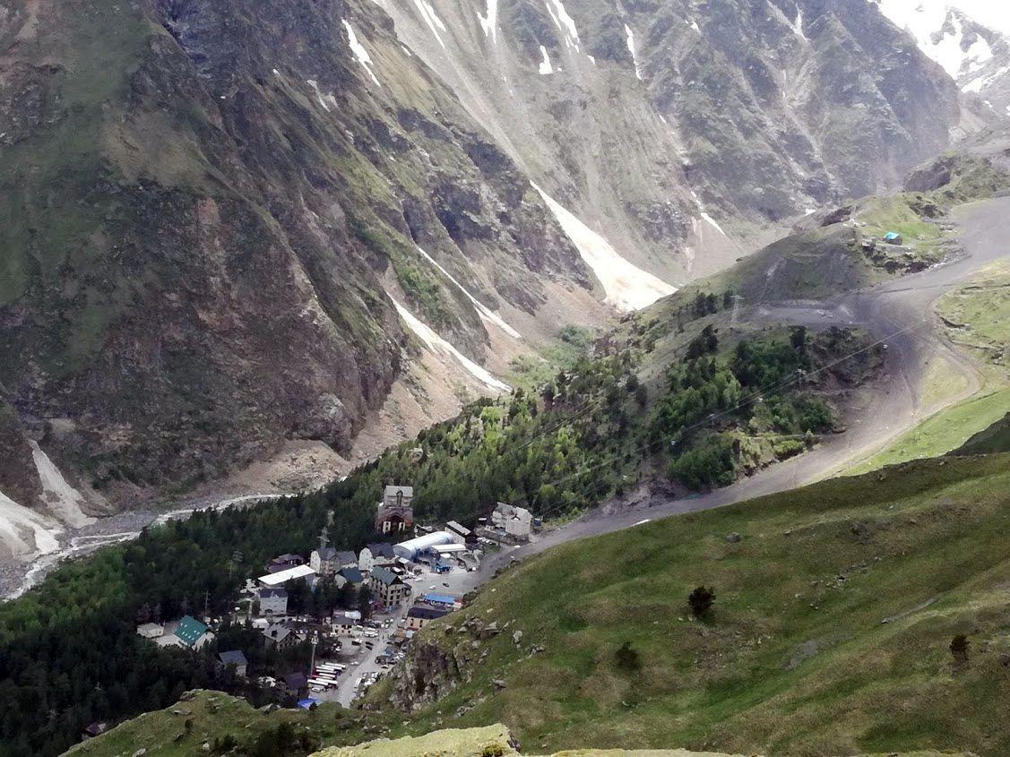 Výhľad z Terskoľu na Azau – dedinku, odkiaľ ide sedačková lanovka pod Elbrus