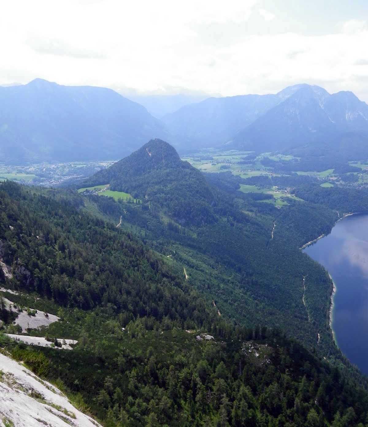 Niekde v stene, pohľad smerom na Dachstein