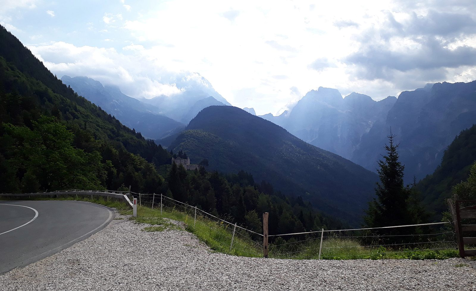 Z Talianska do Slovinska cez Passo del Predil, straá pevnosť je už na slovinskej strane