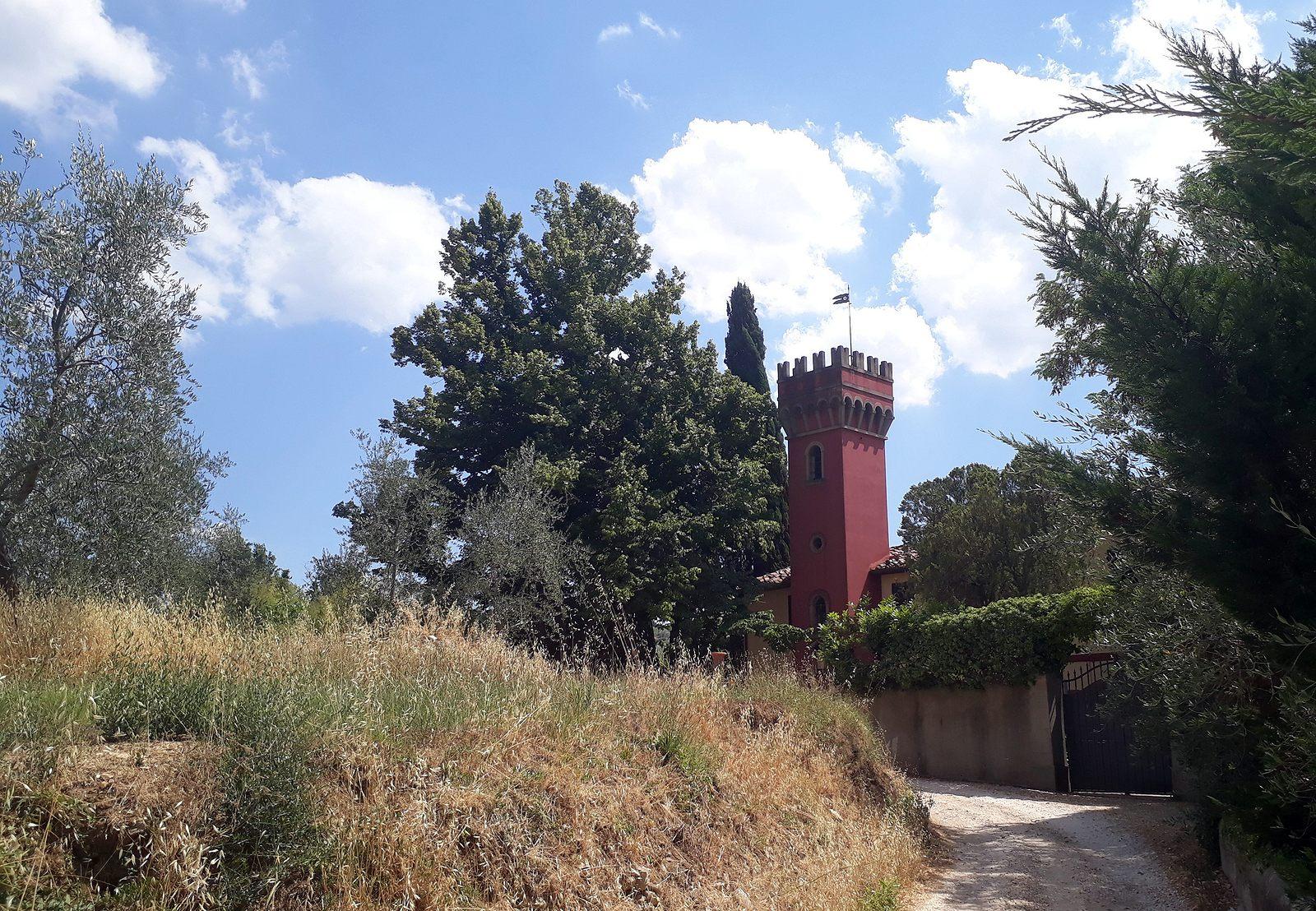 Usadlosť s červenou vežou nad Florenciou (viac foto v galérii)