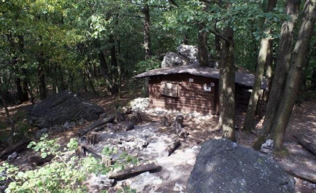 Chatka pod skalami, nižšie vľavo pod stromami pľac pre stany