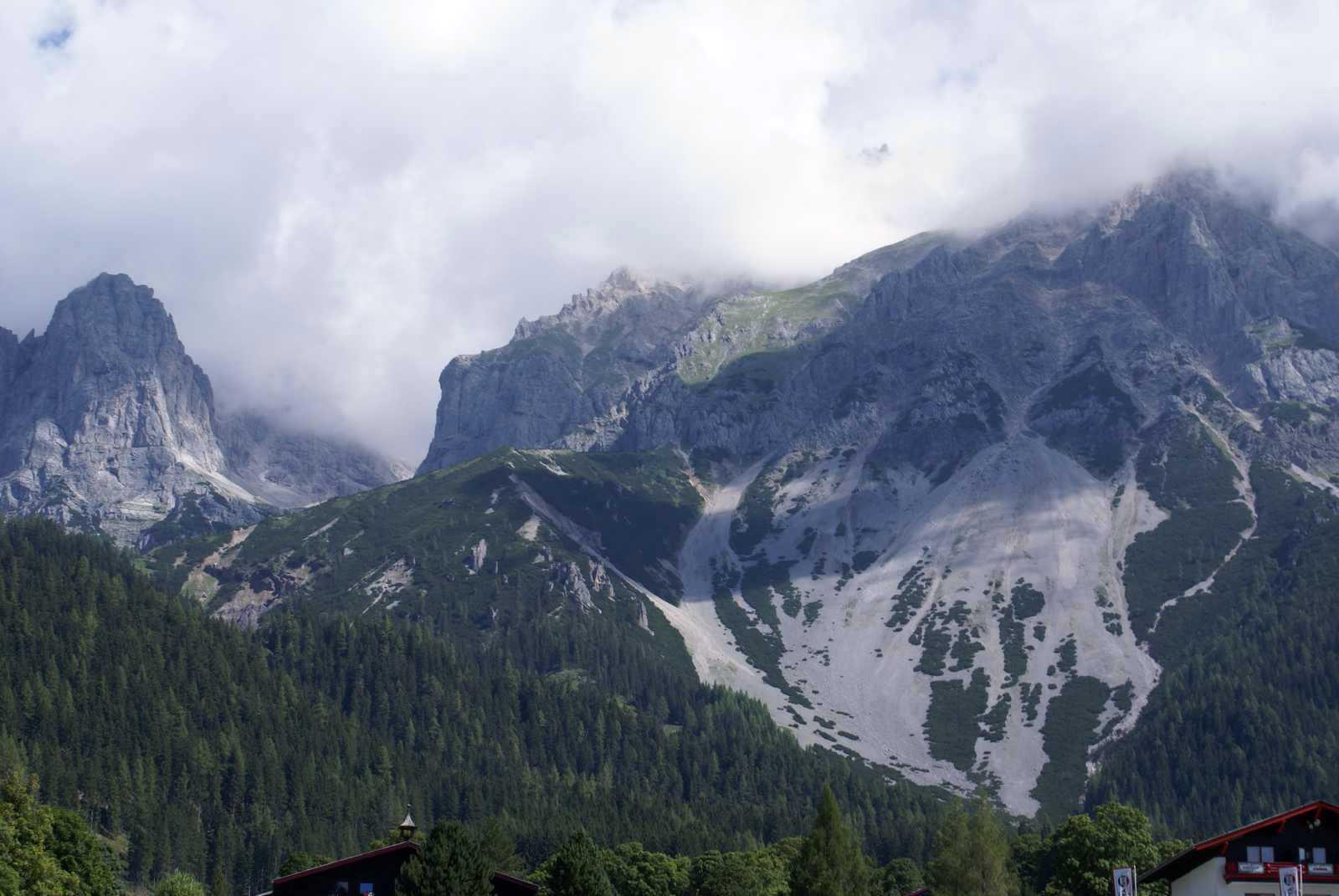 Dachstein v oblakoch, z parkoviska pri lanovke