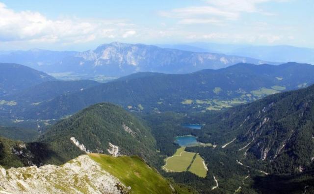 Výhľad na taliansku stranu - jazerá Laghi di Fusine, skala vzadu je už v Rakúsku