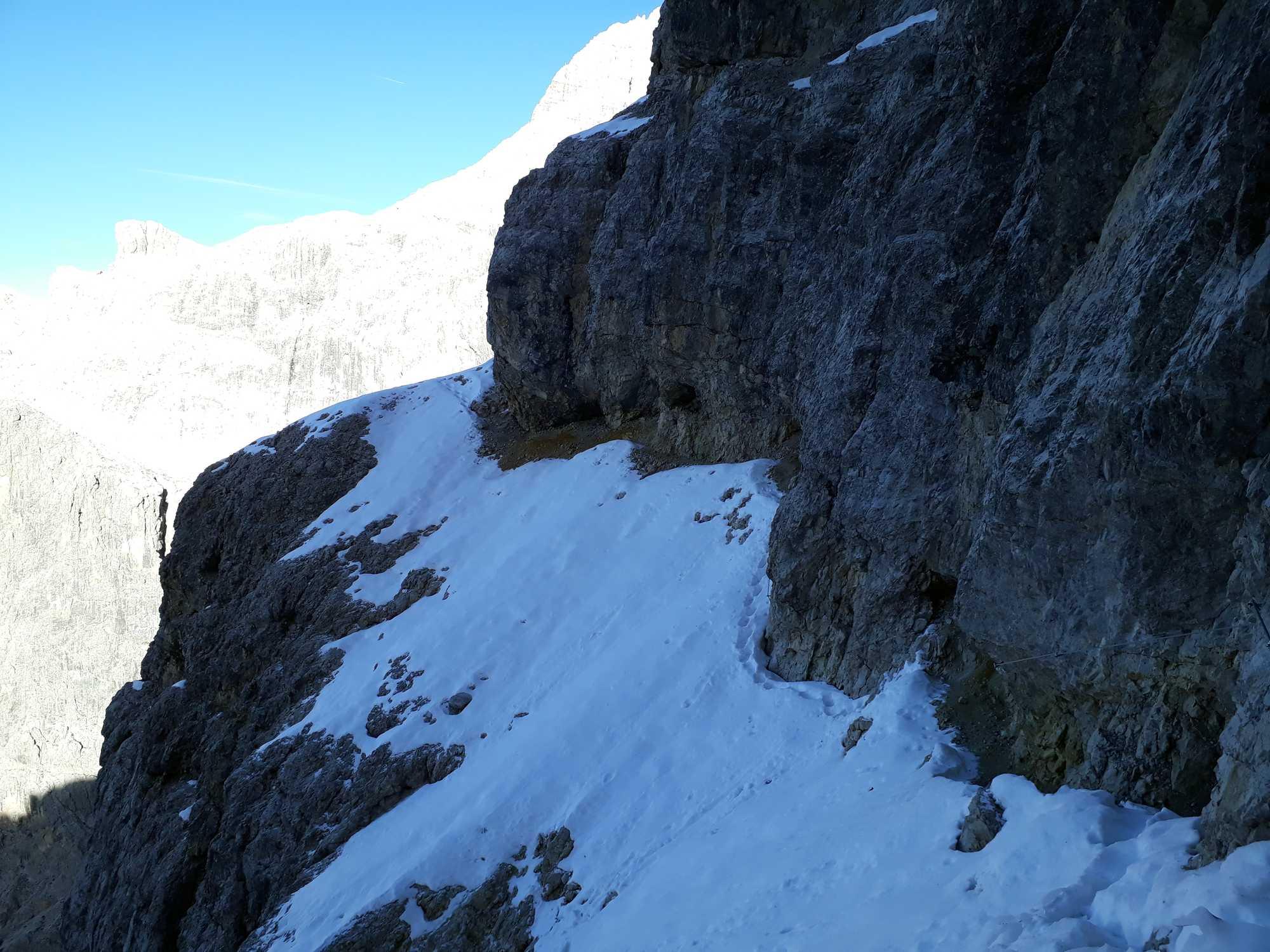 Severná pasáž Strady degli Alpini. Kým bolo lano na pridržanie, tak pohoda.