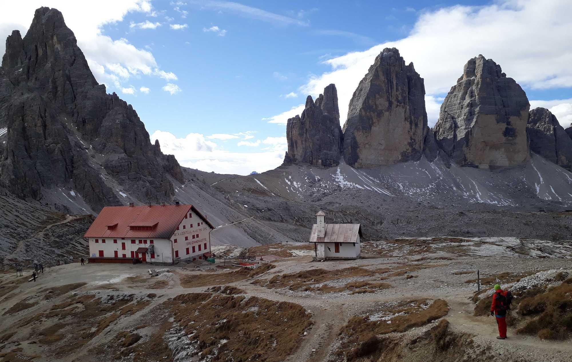 Vľavo Monte Paterno, chata Locatelli, Tre Cime