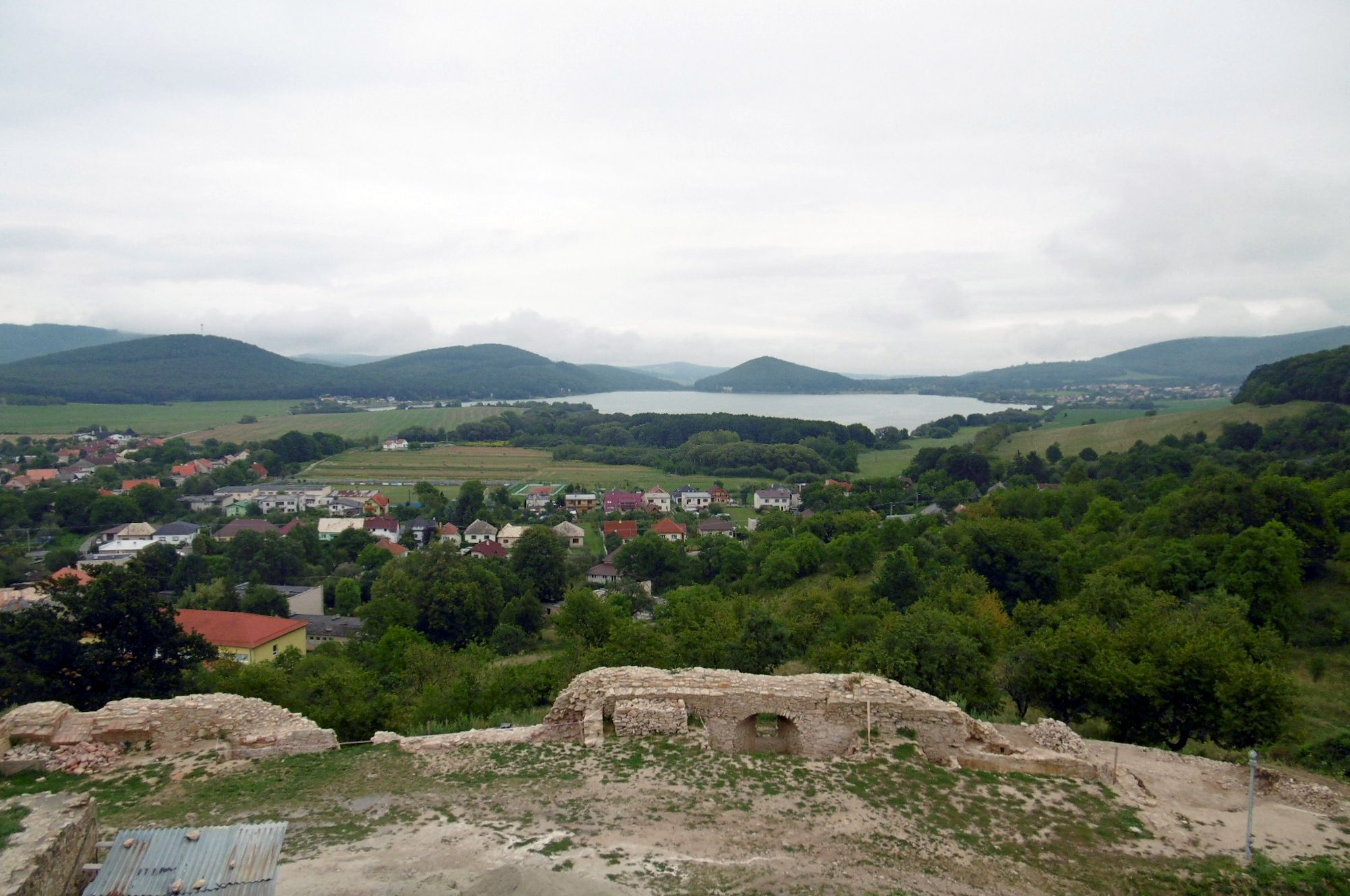 Hrad Divín výhľad na priehradu Ružiná