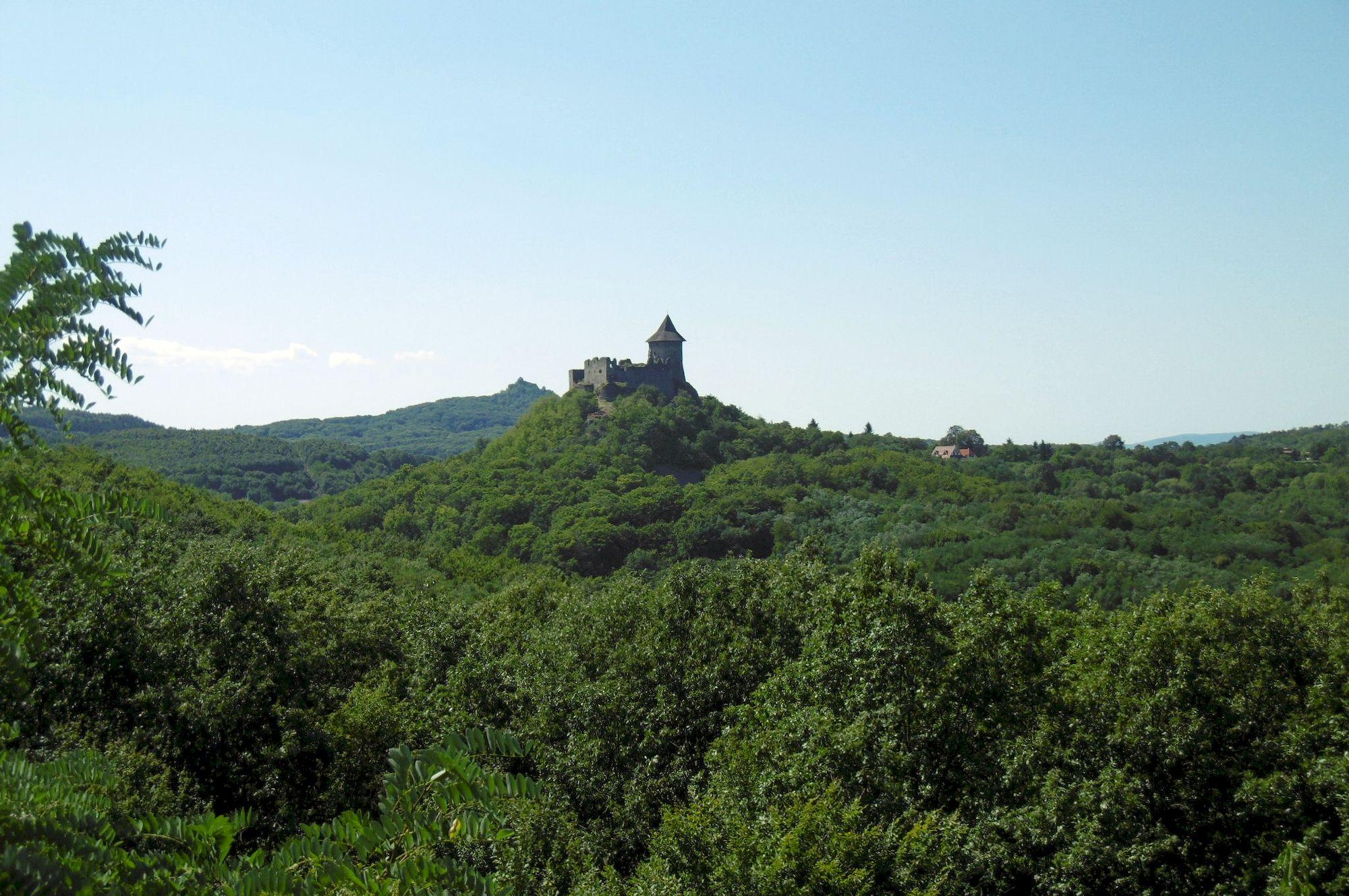 z rozhľadne Mačacia hrad Šomoška v diaľke hrad Salgovár
