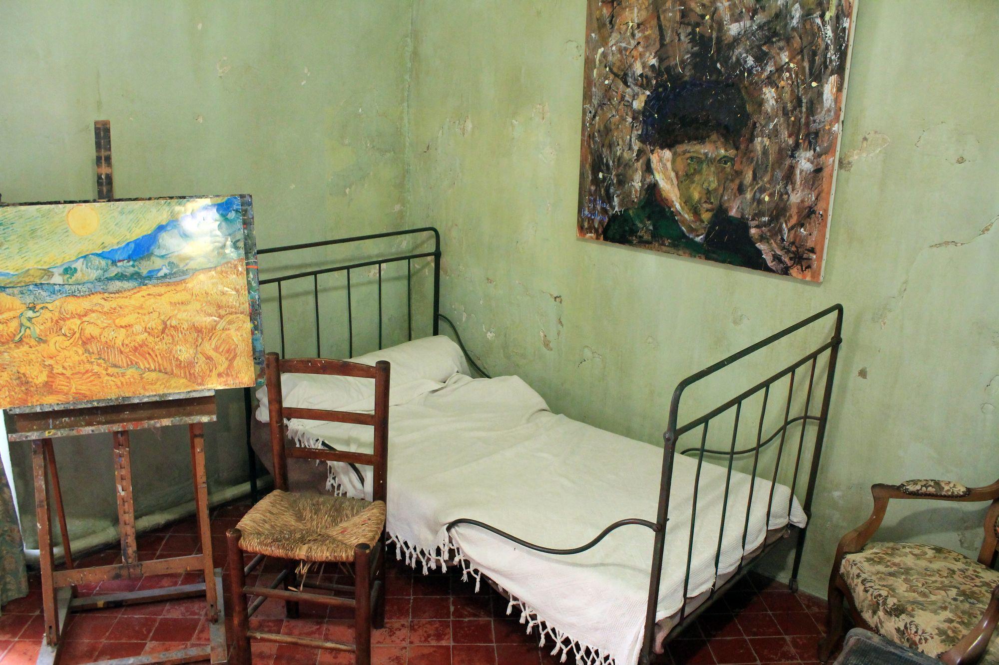13 Saint Paul de Mausole Van Goghova izba