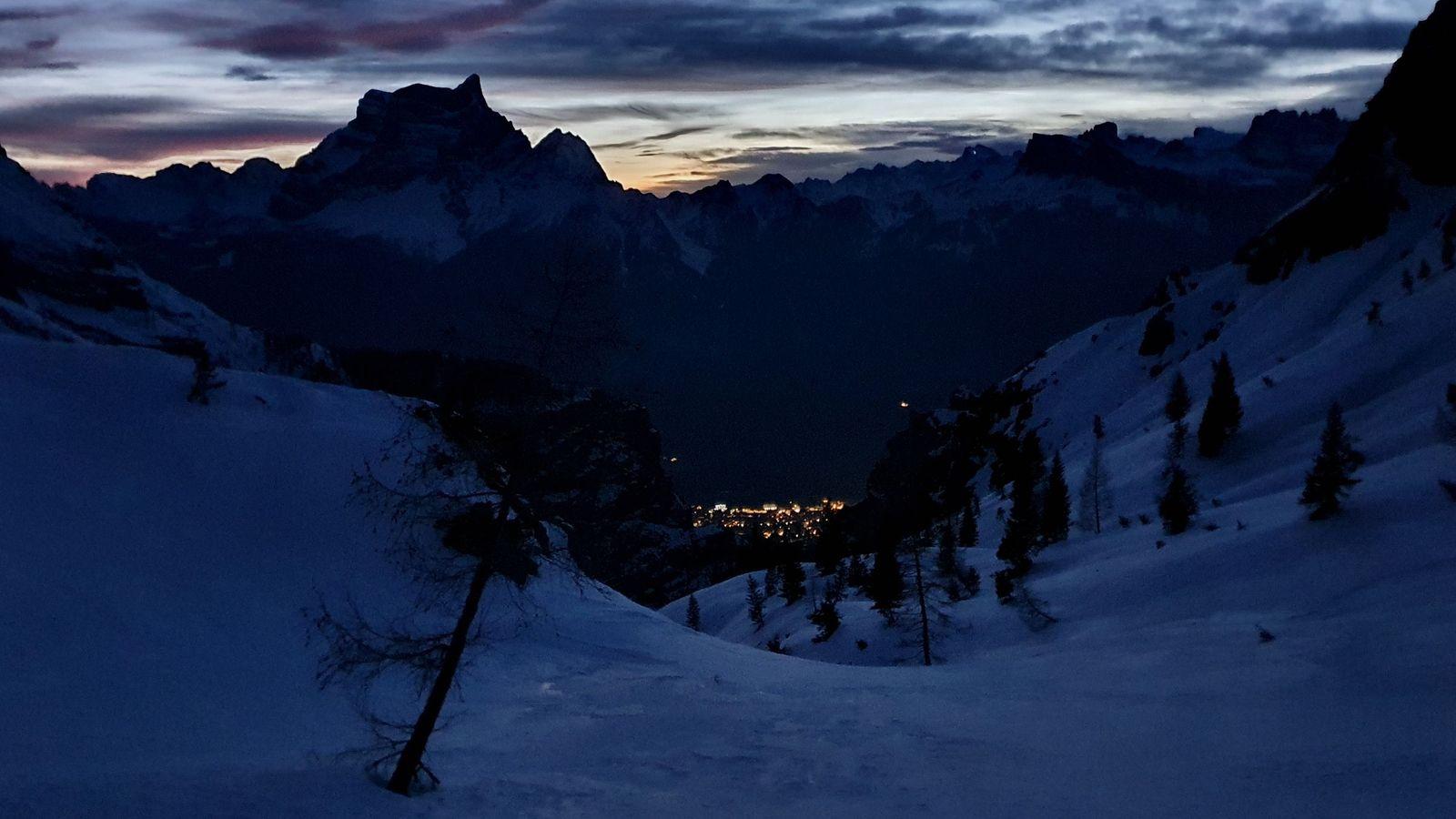 18 Monte Pelmo a svetlá mestečka posledných 1000 výškových pôjdeme po tme