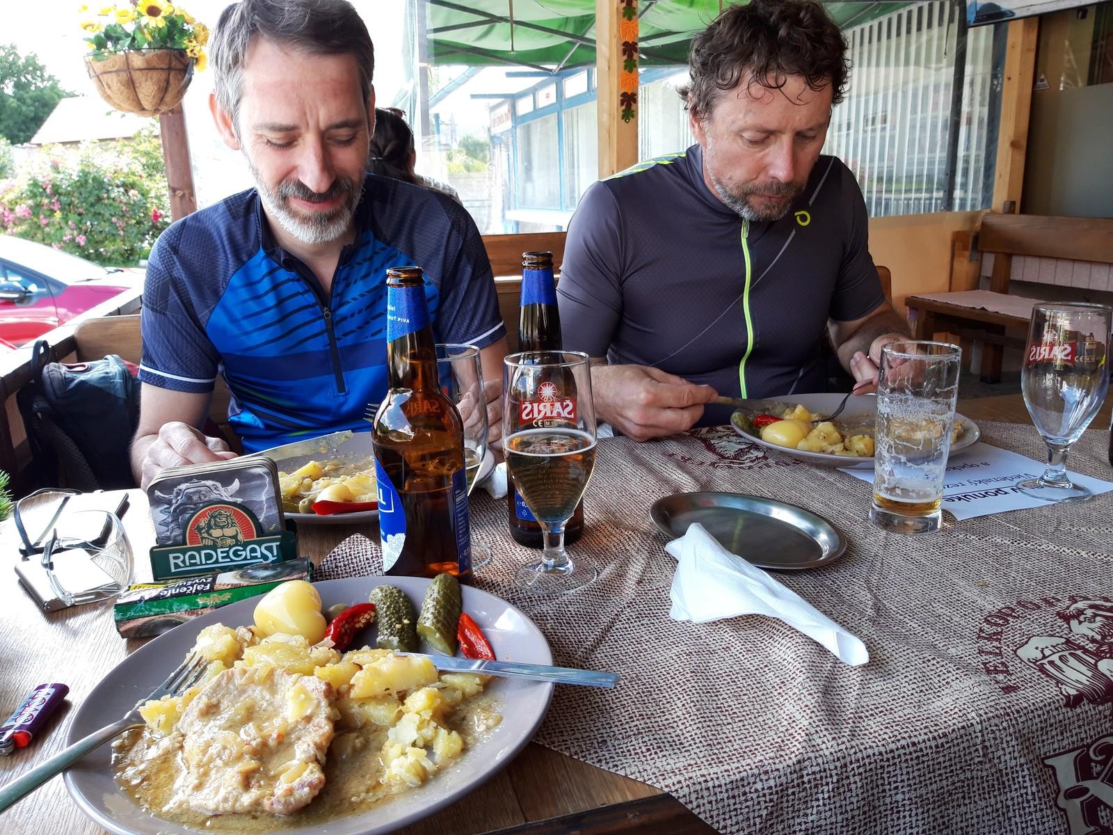 06 Z BA na Bradlo na bicykli Vrcholná koncentrácia na Viedenský rezeň – kto nájde olivu