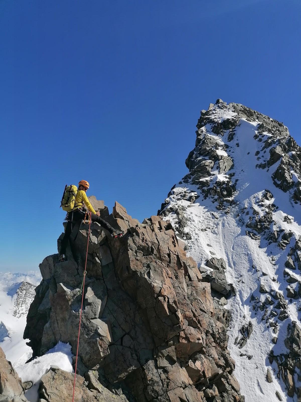 Preliezanie kľúčového miesta v poslednom skalnom úseku a záverečný výšvih vzadu (so súvislým ľadom)