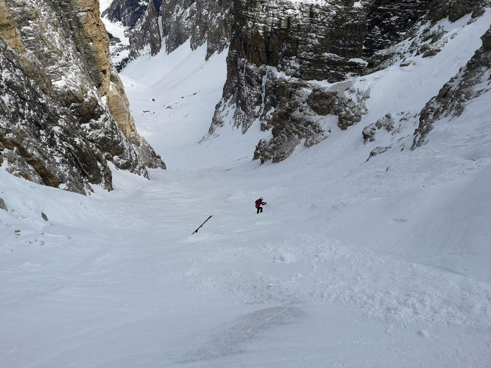 Val Mesdi 9 lyža zapichnutá
